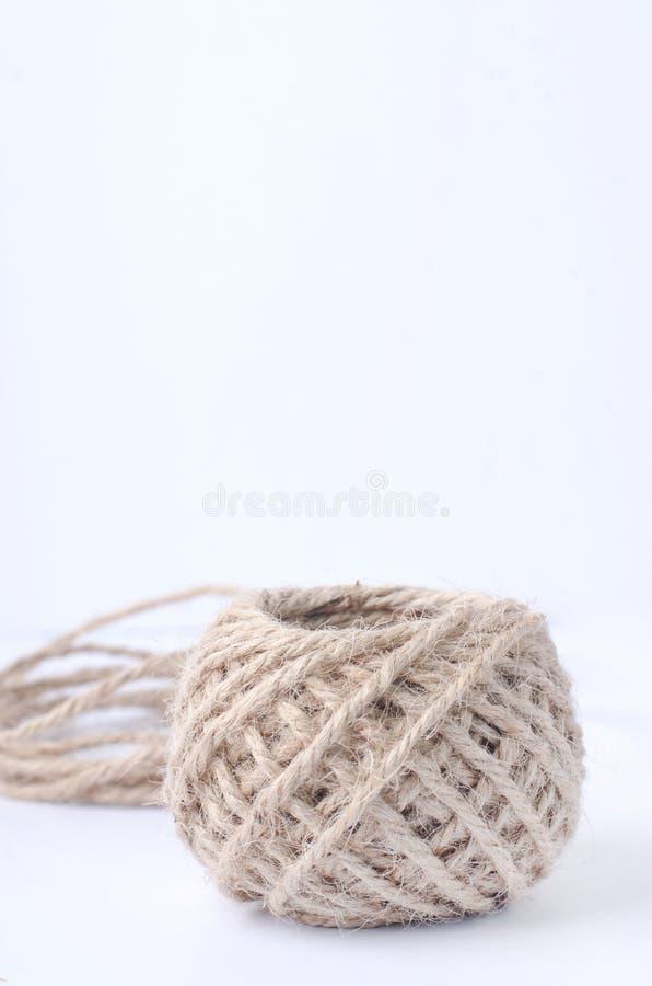 Iuta del rotolo della corda della canapa su fondo bianco fotografia stock