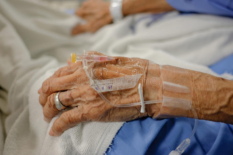IV管:亚裔年长93岁的妇女在医院 免版税库存照片