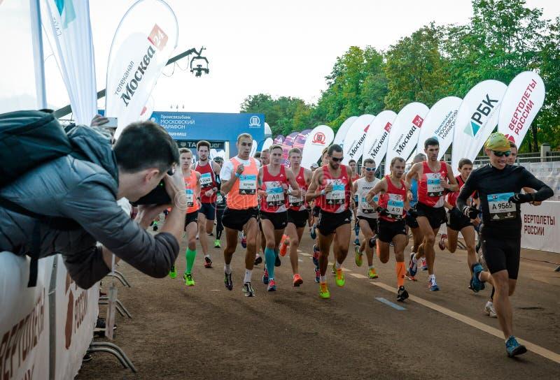 2016 09 25 : IV marathon de Moscou Le début de l'élite domestique courant 42 0,85 kilomètres photographie stock libre de droits