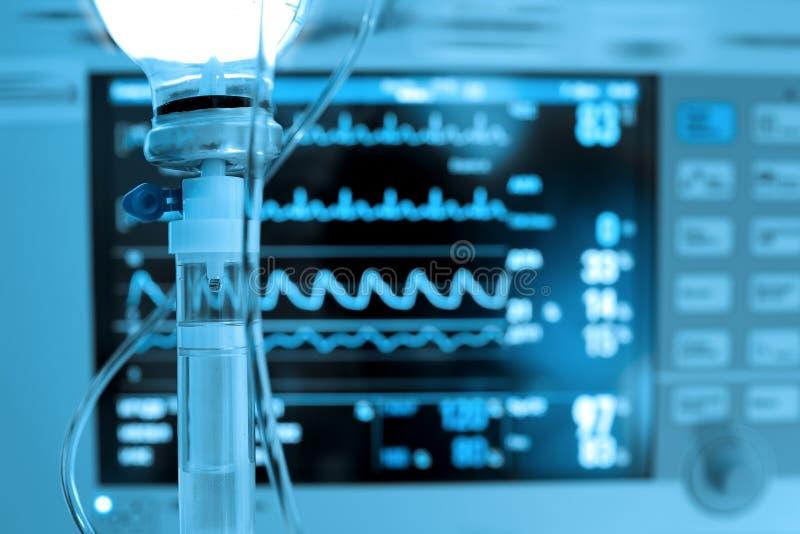 Iv-Medizin auf dem Hintergrund des Herzmonitors stockfotografie