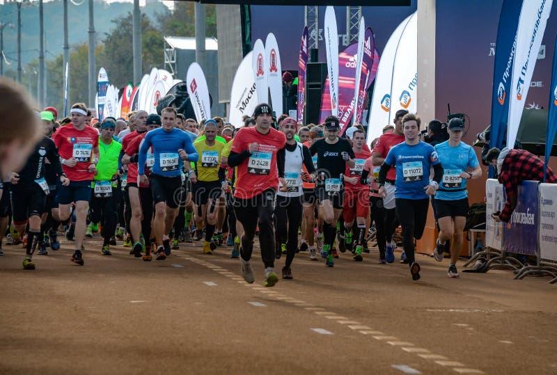 2016 09 25: IV Moskau-Marathon Der Anfang der 42 0,85 Kilometer stockfotos