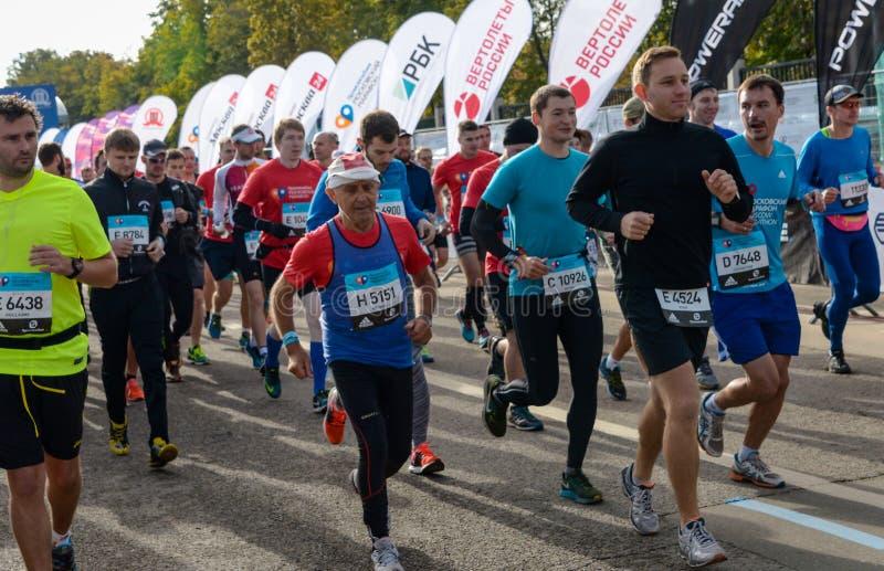 2016 09 25: IV Moskau-Marathon Der Anfang der 42 0,85 Kilometer stockfoto