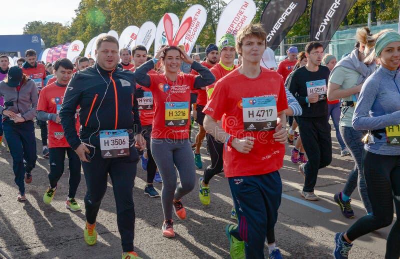 2016 09 25: IV Moskau-Marathon Der Anfang der 42 0,85 Kilometer lizenzfreie stockfotos