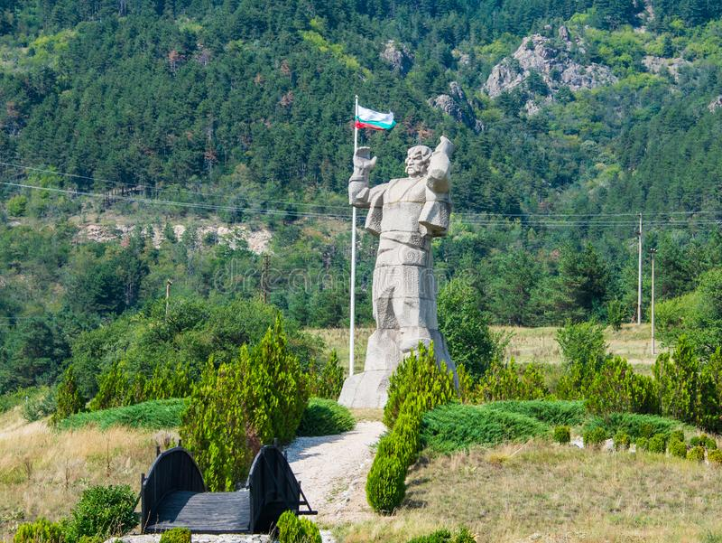 Ivan björnkämpestatyn i Klisura, Bulgarien royaltyfri fotografi