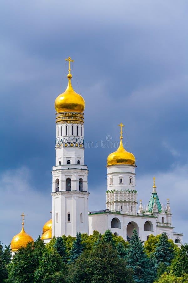 Ivan de Grote Klokketoren Moskou het Kremlin, Rusland, met Veronderstellingsklokketoren op het recht op een achtergrond van stock afbeeldingen