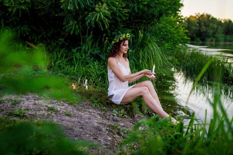 Ivan Kupala douane vakantie de meisjes zijn benieuwd royalty-vrije stock foto's