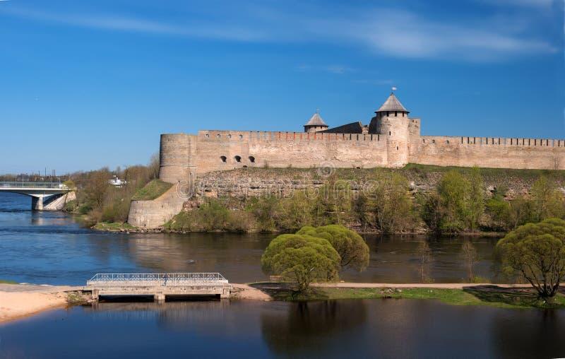 Ivangorod fortaleza antigua en la frontera de Rusia y de Estonia fotografía de archivo