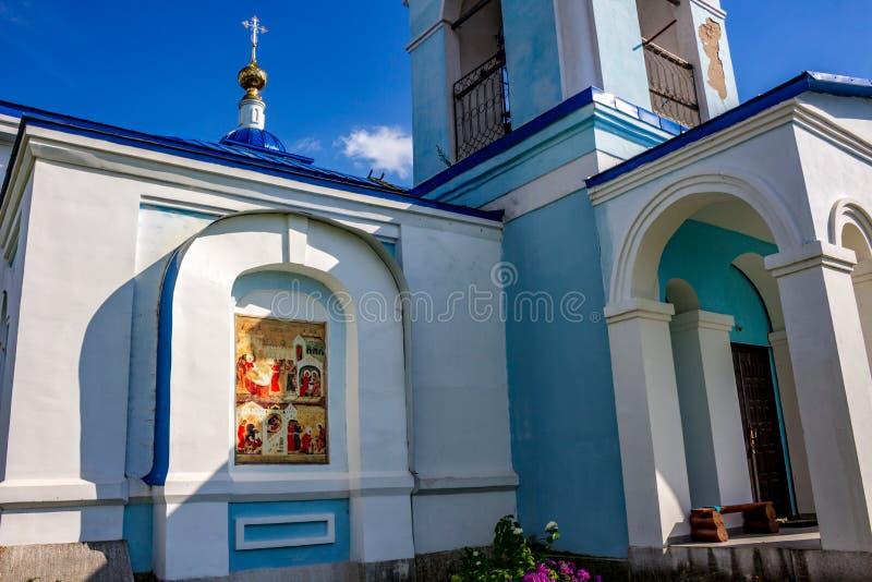 Ivanovskoe Ryssland - Augusti 2018: Sikt av byggnaden av den gamla kyrkan av Kristi födelsen av den välsignade jungfruliga Maryen royaltyfri fotografi