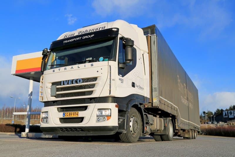 Iveco Stralis 450 Semi Vrachtwagen die worden bijgetankt royalty-vrije stock afbeeldingen