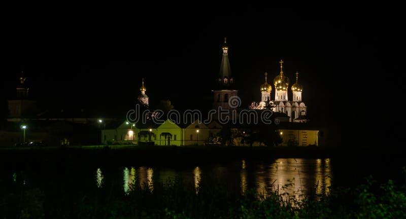 Iver monaster przy nocą fotografia stock