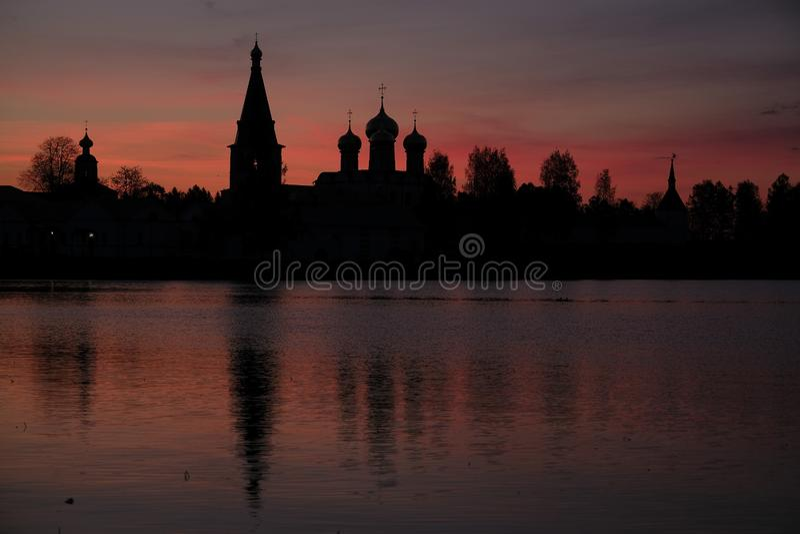 Iversky-Kloster in Valdai in Russland bei Sonnenuntergang stockfotos