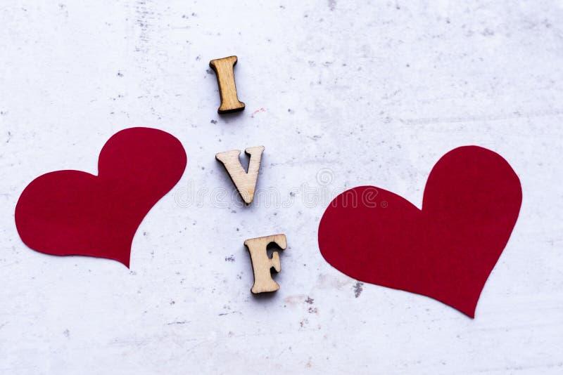 IVF & x28; Fertilization& in vitro x29; acroniem & x28; abbreviation& x29; en rode harten op lichte achtergrond royalty-vrije stock foto