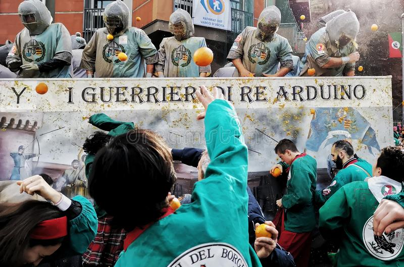 Ivrea, Италия 3-ье марта 2019 Традиционная масленица с апельсинами сражает стоковое фото rf
