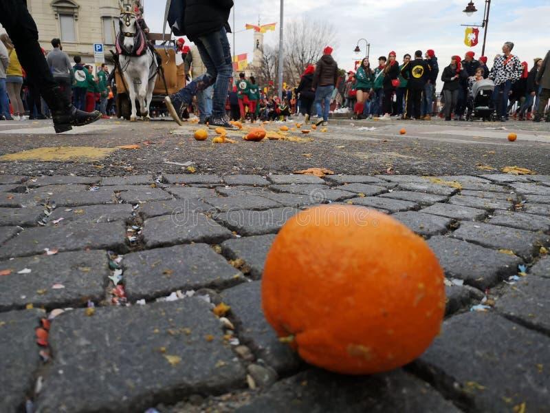 Ivrea, Italia 3 de marzo de 2019 El carnaval tradicional con las naranjas lucha fotografía de archivo