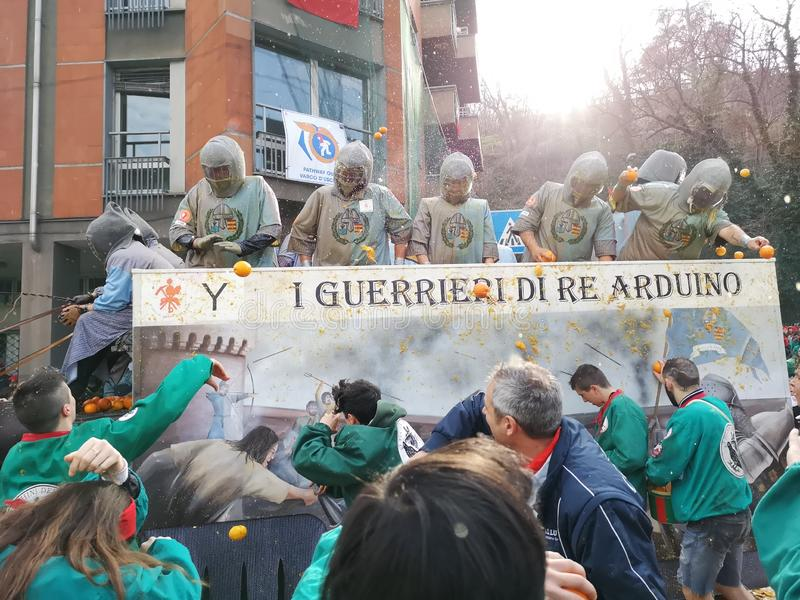 Ivrea, Italia 3 de marzo de 2019 El carnaval tradicional con las naranjas lucha fotos de archivo