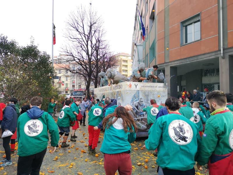 Ivrea, Italia 3 de marzo de 2019 El carnaval tradicional con las naranjas lucha imagenes de archivo