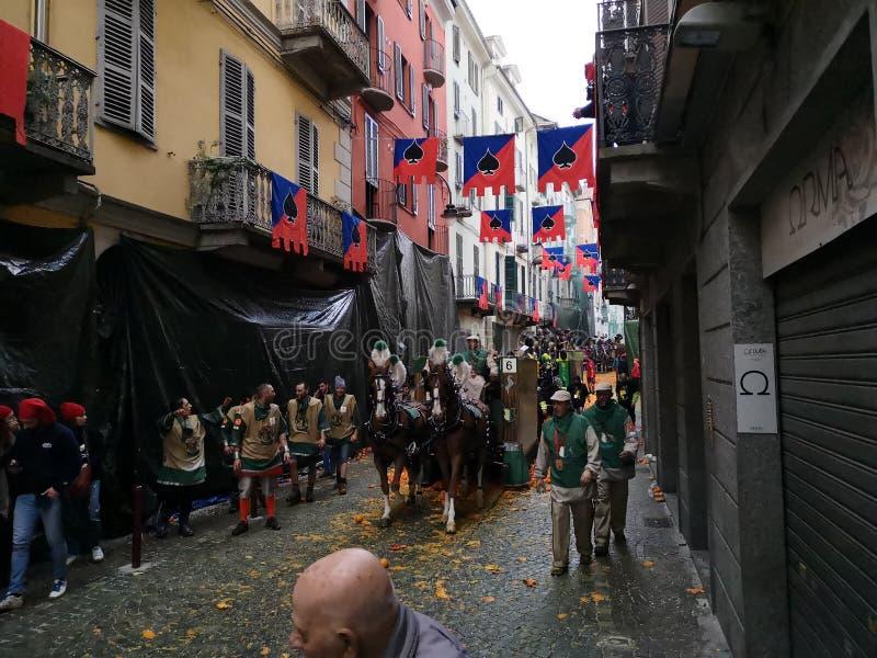 Ivrea, Italia 3 de marzo de 2019 El carnaval tradicional con las naranjas lucha imagen de archivo libre de regalías