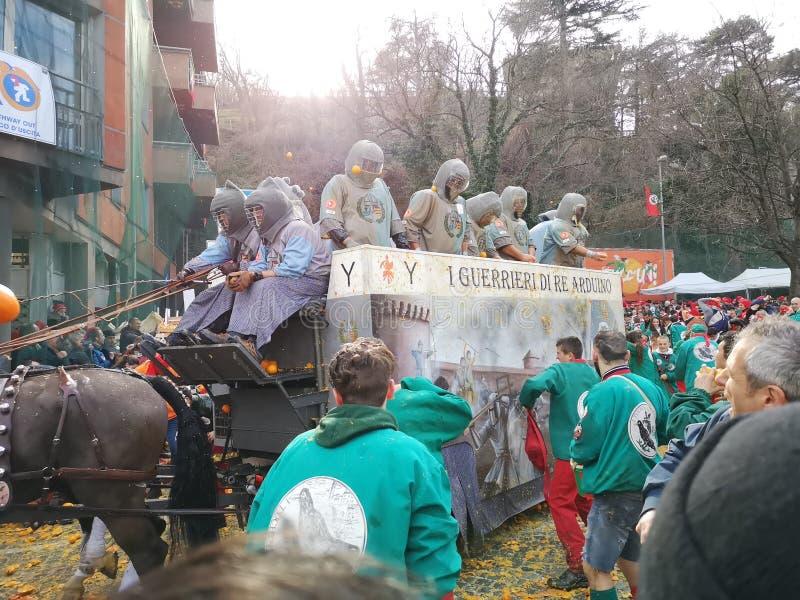Ivrea, Italia 3 de marzo de 2019 El carnaval tradicional con las naranjas lucha fotografía de archivo libre de regalías