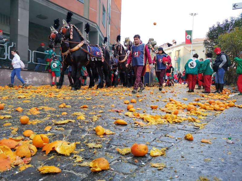 Ivrea, Italia 3 de marzo de 2019 El carnaval tradicional con las naranjas lucha fotos de archivo libres de regalías