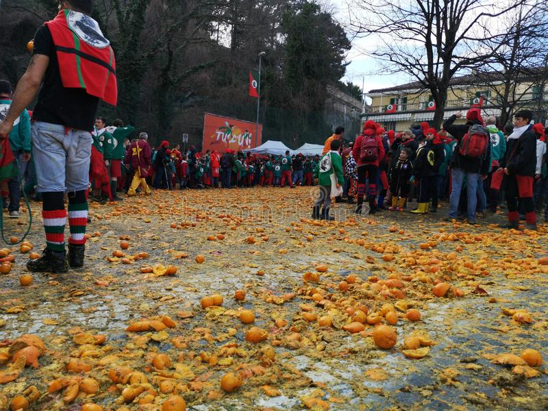 Ivrea, Italia 3 de marzo de 2019 El carnaval tradicional con las naranjas lucha foto de archivo libre de regalías