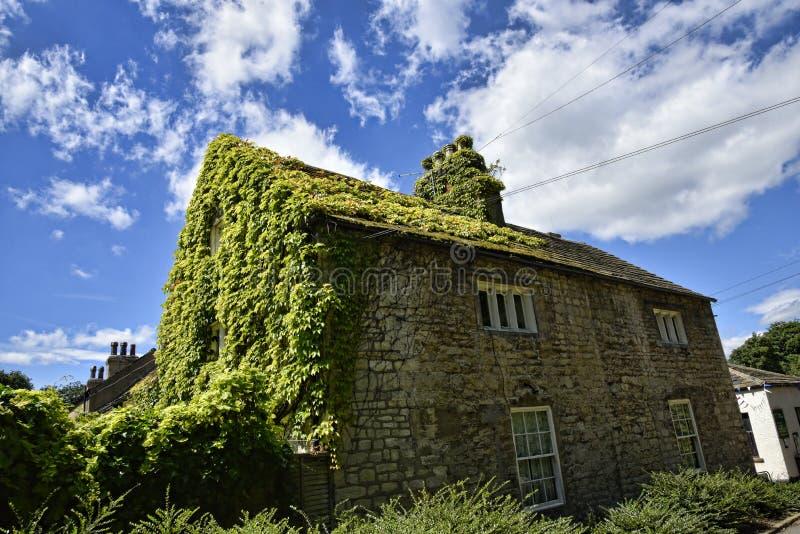 Ivy Covered Cottage en jardín en la casa de campo hermosa cerca de Leeds West Yorkshire que no es confianza nacional foto de archivo libre de regalías
