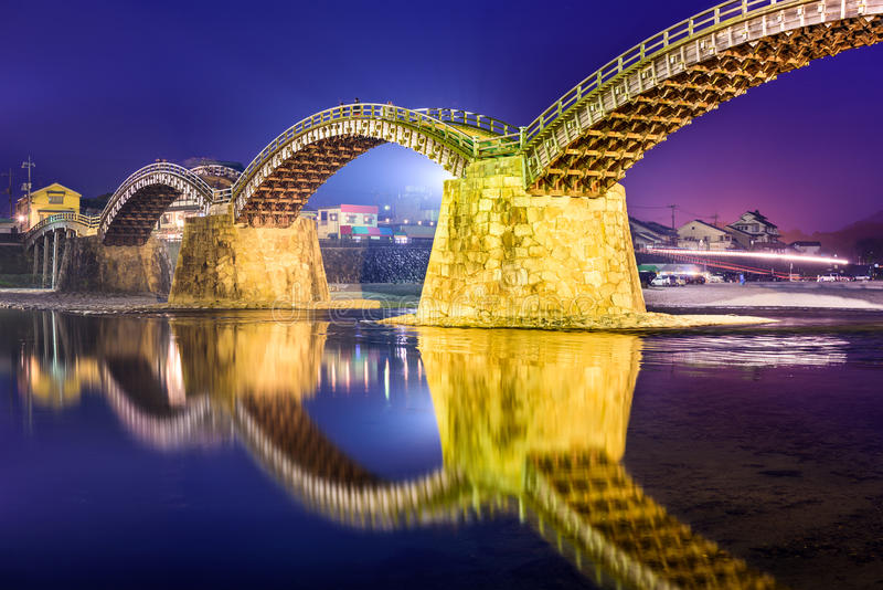 Iwakuni, Japão na ponte de Kintaikyo imagem de stock