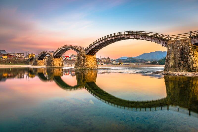 Iwakuni Japan på den Kintaikyo bron över den Nishiki floden a royaltyfri foto