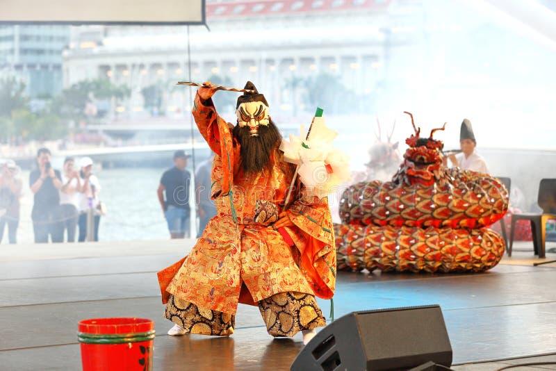 Iwami Kagura : Meurtre de la repr?sentation ? t?te de huit de serpent au th??tre ext?rieur Singapour d'esplanade photo libre de droits