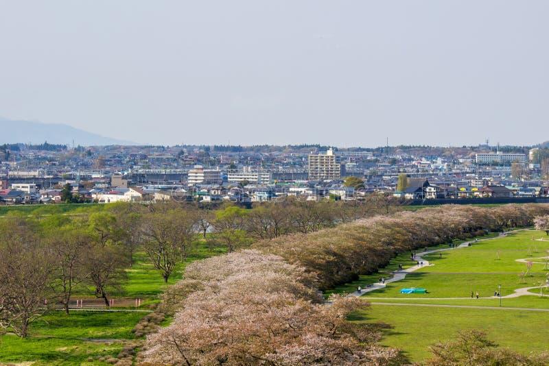 Iwate, Tohoku, Japan 26,2018 im April: Kirschbaumallee und Kitakami-Stadt, wie von der Spitze Jingaoka hillnear Tenshochi PAs ges lizenzfreies stockbild