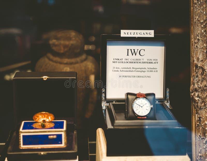 IWC luksusowy zegarek w okno sklep wewnątrz licytował zdjęcia stock