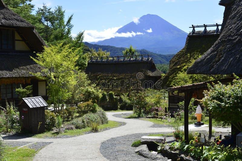 Iyashinosato ancien village japonais avec Fuji San est un village japonais reconstruit photographie stock libre de droits
