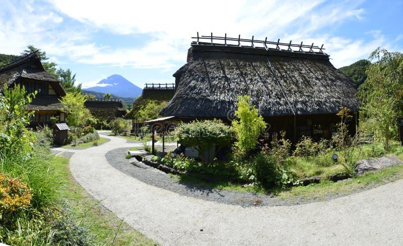 Iyashinosato ancien village japonais avec Fuji San est un village japonais reconstruit photo stock