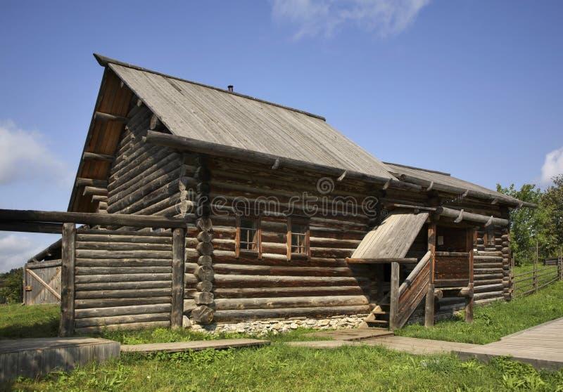 Izba (casa) de Kudymov em Khokhlovka Perm Krai Rússia imagem de stock