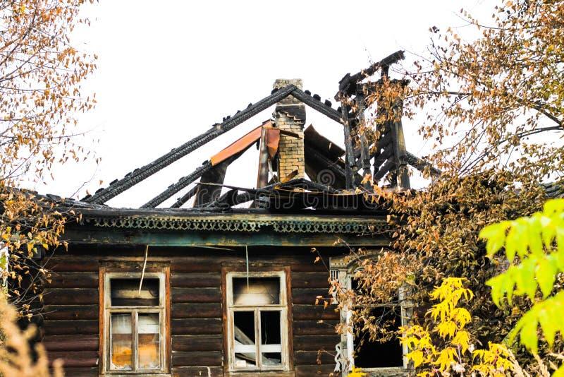 Izba de madera ruso tradicional quemado de la casa en otoño imagenes de archivo