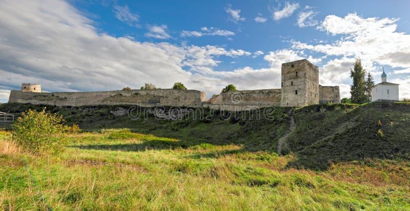 Izborsk fästning Pskov region, Ryssland royaltyfri bild