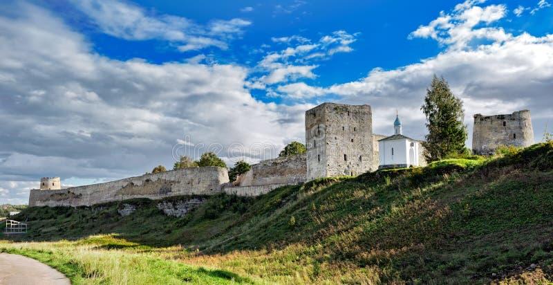 Izborsk fästning Pskov region, Ryssland royaltyfri foto