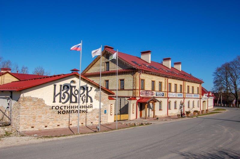 Izborsk, Russia 04 può 2017 L'hotel alla vecchia via nella città di Izborsk, vicino a Pskov fotografia stock libera da diritti