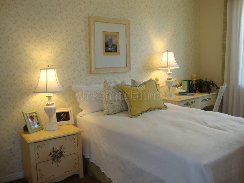 izbowi piękni łóżkowi childs zdjęcie royalty free