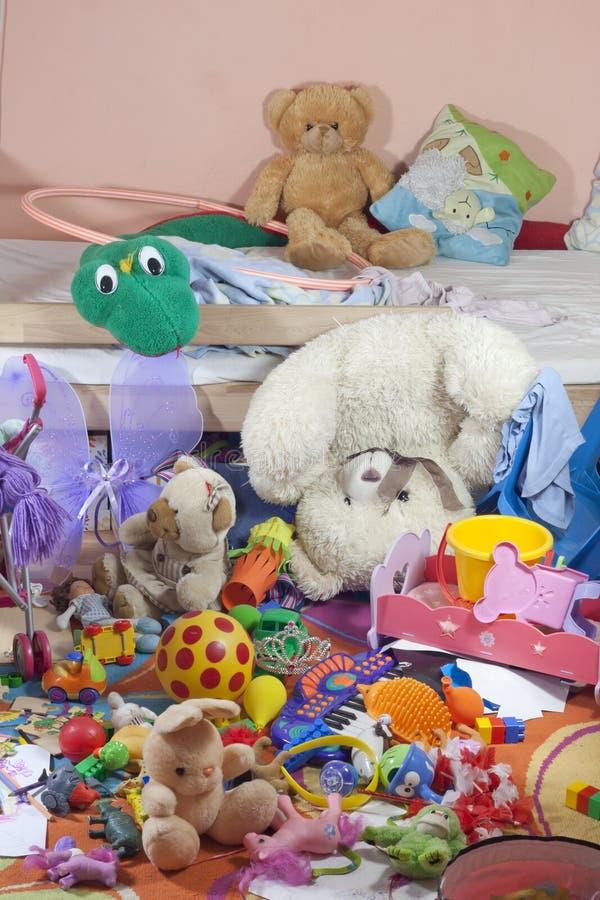 Izbowi z zabawkami upaćkani dzieciaki fotografia stock
