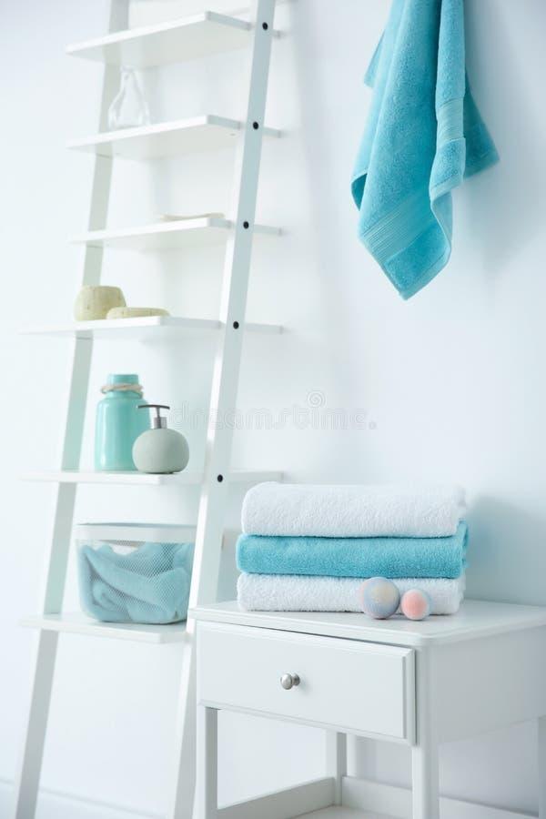 Izbowy wnętrze z czystymi ręcznikami fotografia stock