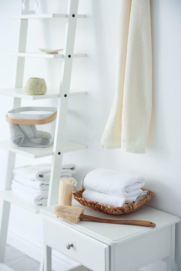 Izbowy wnętrze z czystymi ręcznikami obraz royalty free