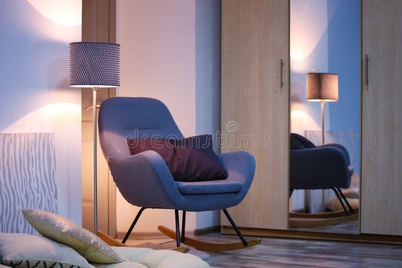 Izbowy wnętrze z garderobą i eleganckim krzesłem obraz stock