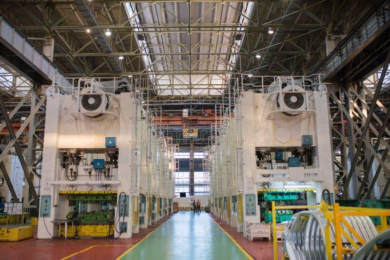 Izhevsk, Rússia - 15 de dezembro de 2018: Linha de carimbo automotivo de carro de LADA na fábrica de automóvel AVTOVAZ o 15 de de fotografia de stock royalty free