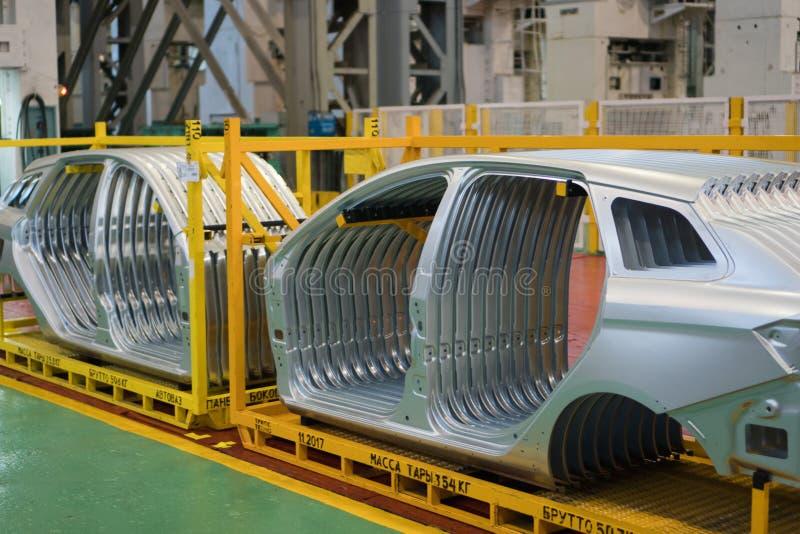 Izhevsk, Rússia - 15 de dezembro de 2018: Partes do corpo do automóvel do metal na fábrica AVTOVAZ o 15 de dezembro de 2018 em Iz imagem de stock