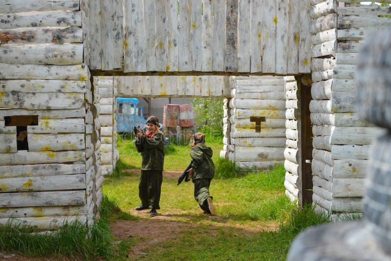 Izhevsk Rosja, Czerwiec, - 2 2018: dzieci z laserowymi pistoletami, bawić się lasertag mknącą grę, wojenna symulacja zdjęcie stock