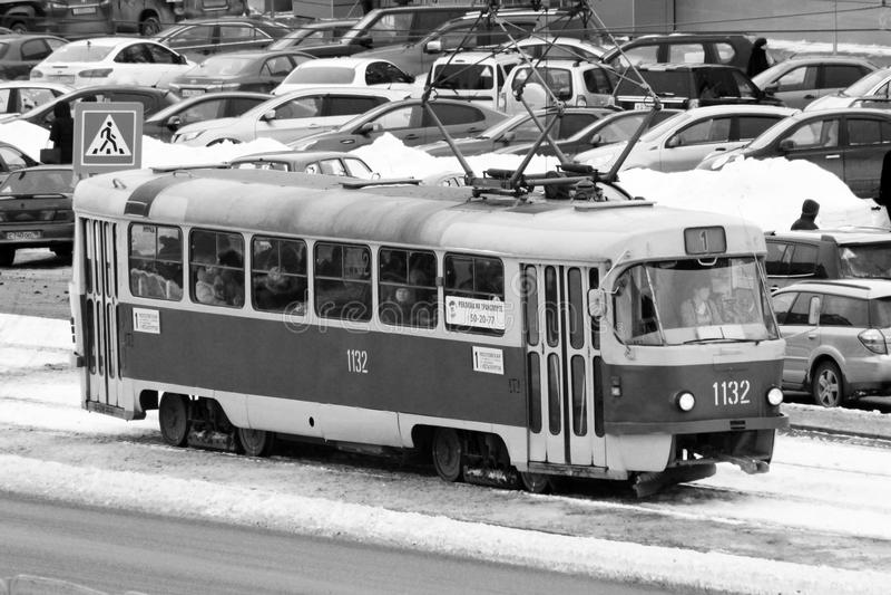 IZHEVSK, RUSSLAND - 31. JANUAR 2018: Klassisches sowjetisches Trammodell in der Stadtstraße stockbild