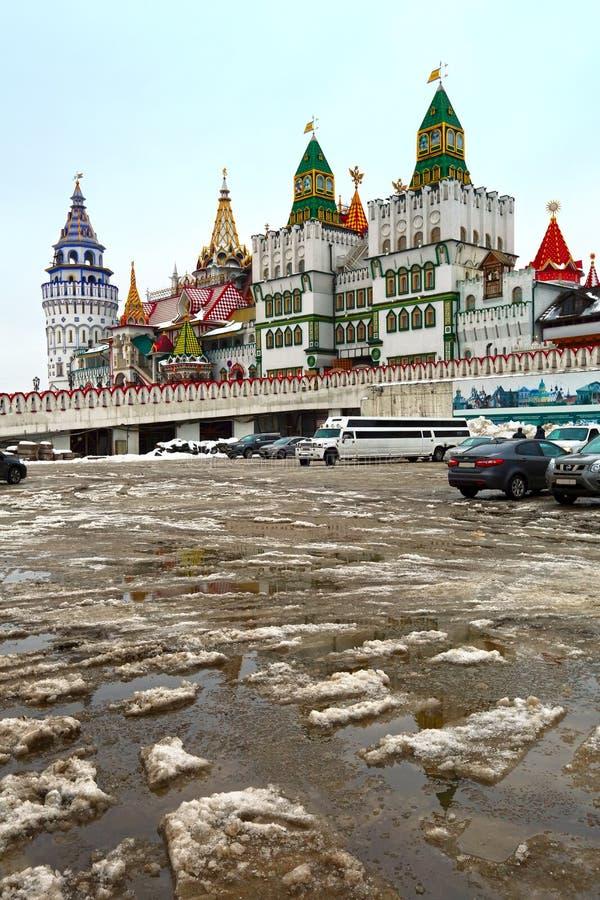 Izmailovo el Kremlin en el deshielo de febrero Moscú, Rusia imagenes de archivo