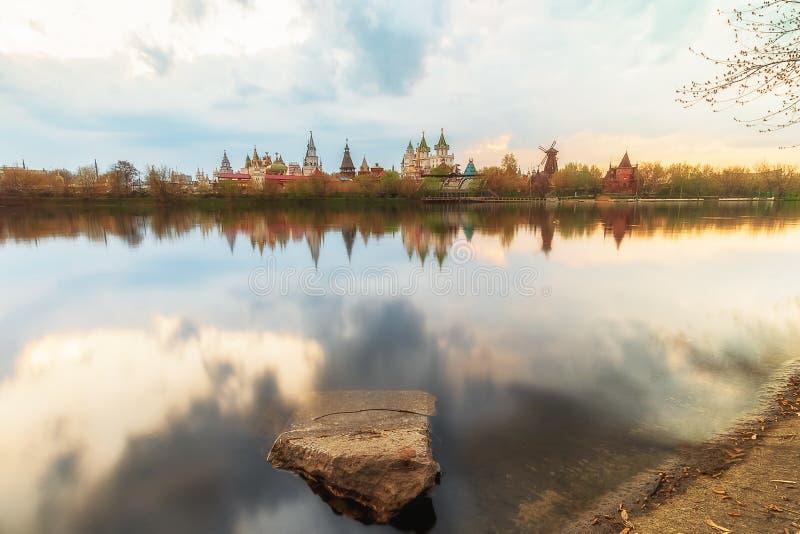 Izmailovo el Kremlin y lago en Moscú, Rusia foto de archivo libre de regalías