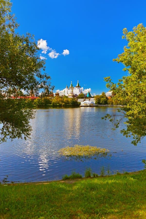 Izmailovo el Kremlin y ruso del lago - Moscú fotografía de archivo