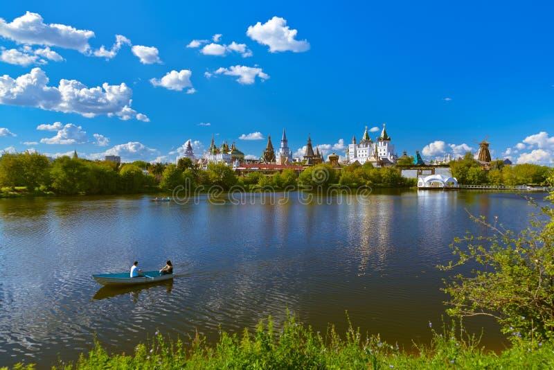 Izmailovo el Kremlin y ruso del lago - Moscú imagen de archivo